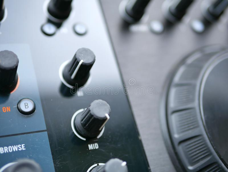 Elektronicznej muzyki tanecznej cyfrowy audio dj przygotowywa z gałeczkami, faders, przy edm festiwalem obraz stock