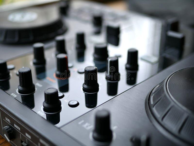 Elektronicznej muzyki tanecznej cyfrowy audio dj przygotowywa z gałeczkami, faders, przy edm festiwalem fotografia royalty free