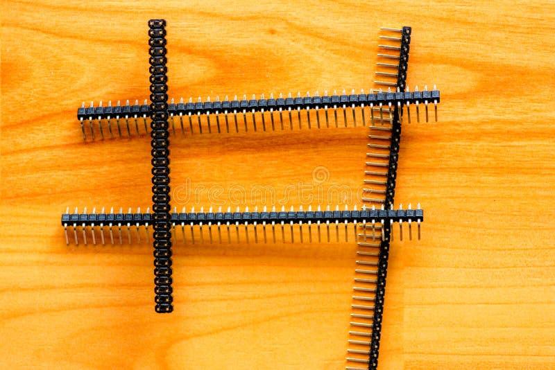 Elektroniczni układy scaleni na drewnianej podłoga obraz royalty free
