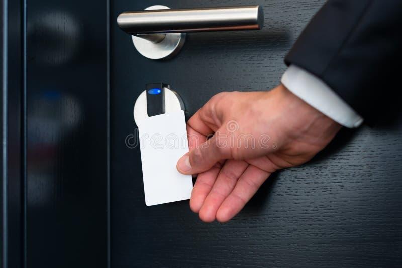 Elektroniczny keycard dla izbowego drzwi w nowożytnym hotelu obrazy stock
