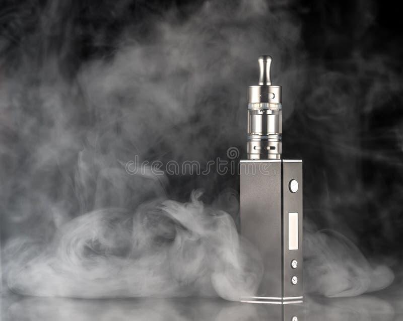 Elektroniczny papieros nad ciemnym tłem zdjęcia stock