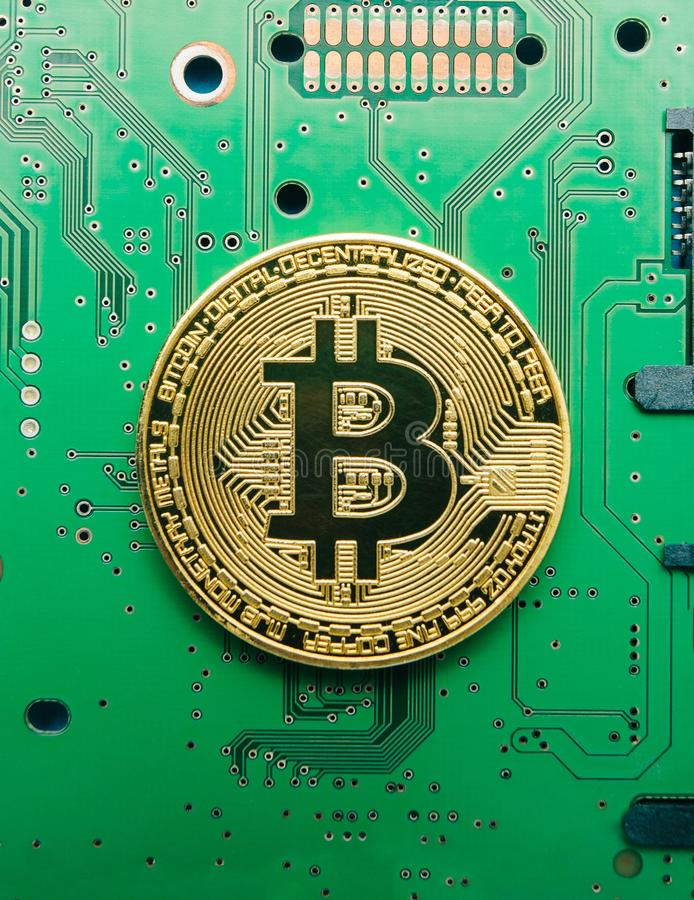 Elektroniczny waluty bitcoin na cuchnących elektrycznych obwodach i deskach zdjęcia royalty free