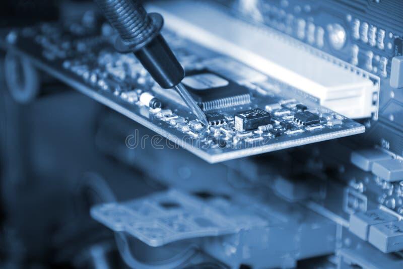 Elektronik. Ingenieur bei der Arbeit stockbild