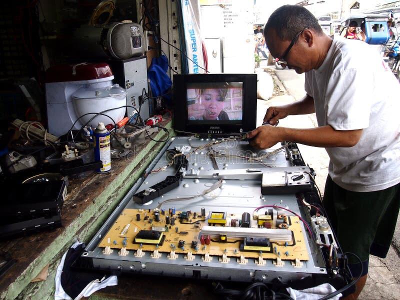 Elektronika remontowego sklepu technik pracuje na płaskim ekranie tv zdjęcia stock