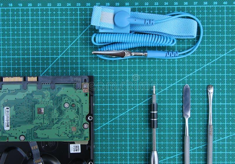 Elektroniki naprawa na desktop z narzędziami Odg?rny widok obraz stock