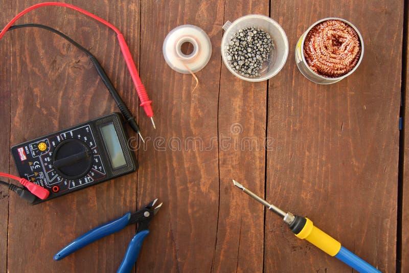 Elektronikreparationshjälpmedel på den bästa sikten för tabell arkivfoton