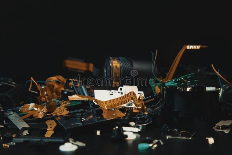 Elektronikschrott im schwarzen Ton für Hintergrund stockfotos
