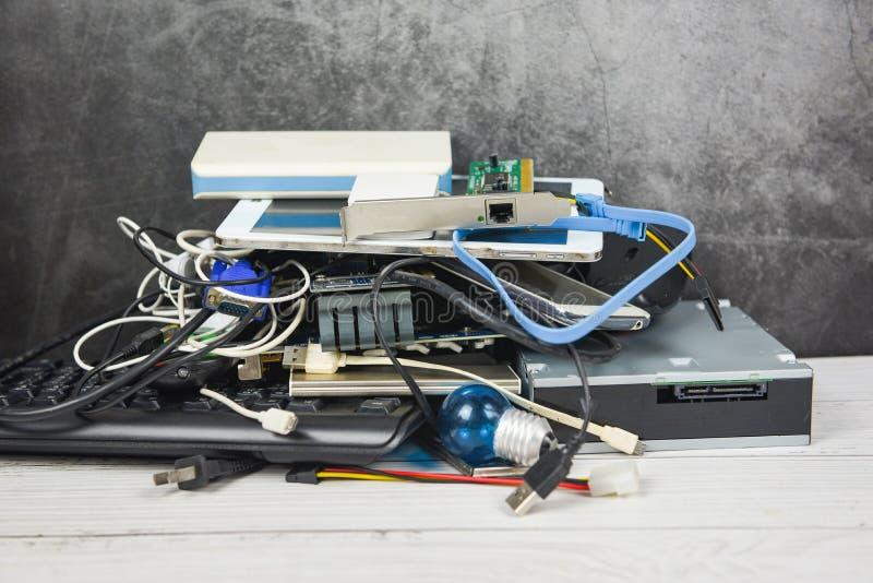 Elektronisch afvalconcept - Afgedankte afgedankte afgedankte afgedankte afgedankte elektrische afgedankte afgedankte apparatuur k royalty-vrije stock afbeelding