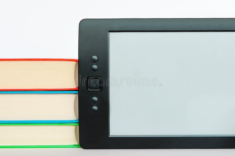 Elektronisch boek versus regelmatig boek stock foto