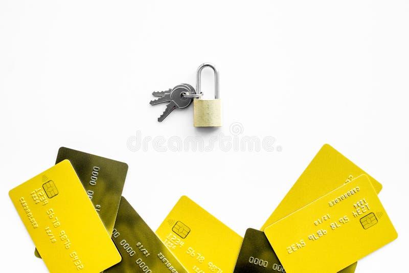 Elektronische betalingenbescherming Betaalpassen dichtbij slot en sleutels op de witte ruimte van het achtergrond hoogste menings royalty-vrije stock afbeeldingen