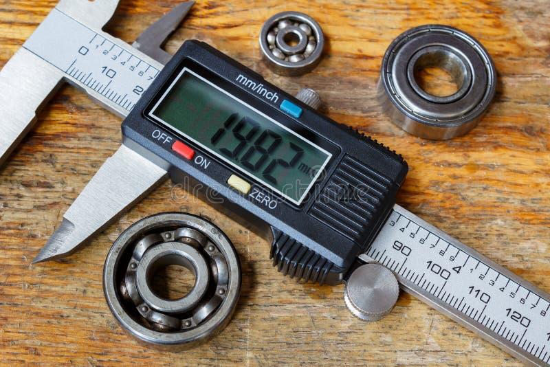 Elektronische beugel met kogellagers op een houten lijst in de workshop stock afbeeldingen