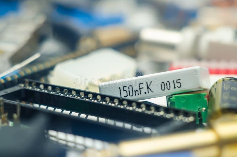 Elektronische componentencondensatoren, schakelaar en spaanders met blu royalty-vrije stock fotografie