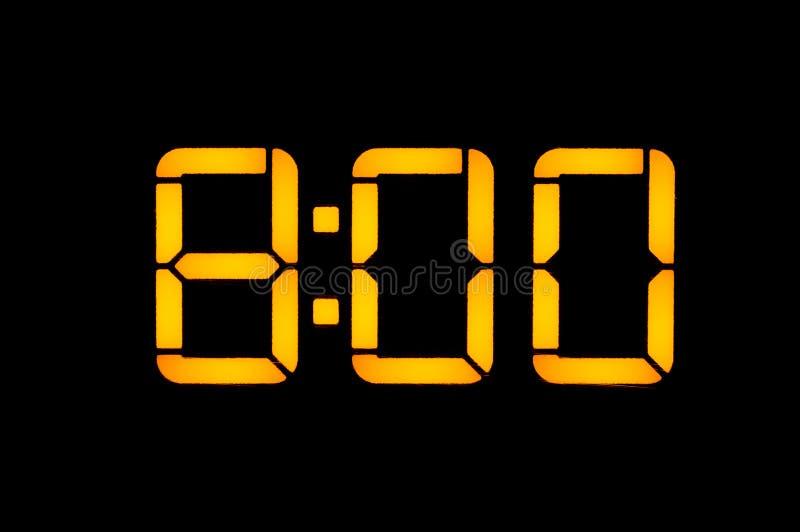Elektronische Digitaluhr mit orange Zahlen auf einem schwarzen Hintergrund zeigt die Zeit von acht Nullstunden morgens Isolat, stockfotos