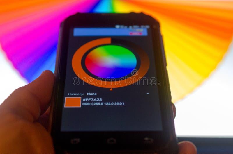 Elektronische Farbpaletten zwischen einem Smartphone und einem Laptop stockbild