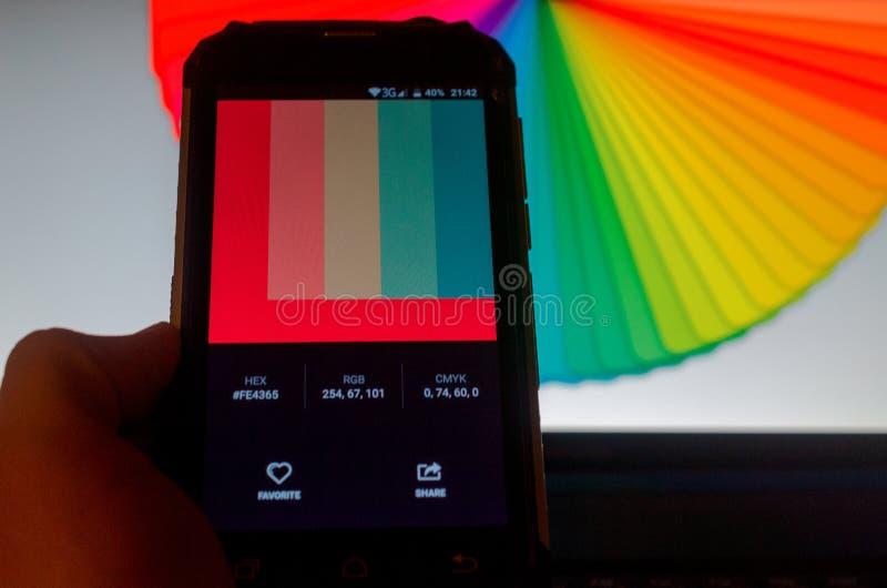 Elektronische Farbpaletten zwischen einem Smartphone und einem Laptop lizenzfreie stockfotografie