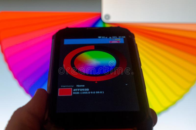 Elektronische Farbpaletten zwischen einem Smartphone und einem Laptop lizenzfreie stockbilder