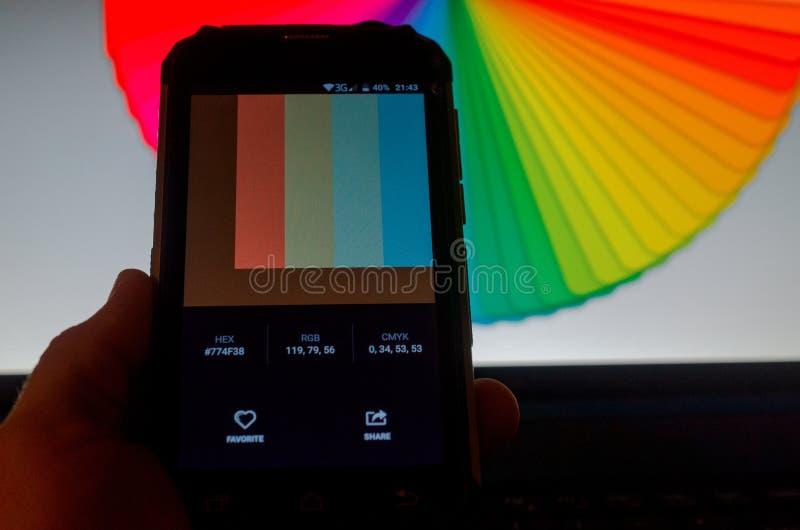 Elektronische Farbpaletten zwischen einem Smartphone und einem Laptop lizenzfreies stockbild
