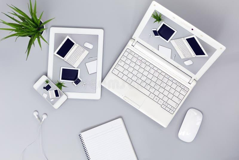 Elektronische Gadgets met de ontvankelijke Beelden van het Webontwerp op de Schermen royalty-vrije stock afbeeldingen