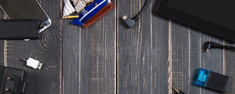 Elektronische Geräte und Elemente auf einem dunklen hölzernen Hintergrund Platz für den Text Ein Konzept für den Vatertag Das De  stockfotos