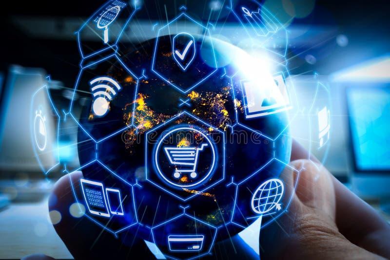 Elektronische handelconcept met de digitale interface van VR met pictogrammen van shopp royalty-vrije stock afbeelding