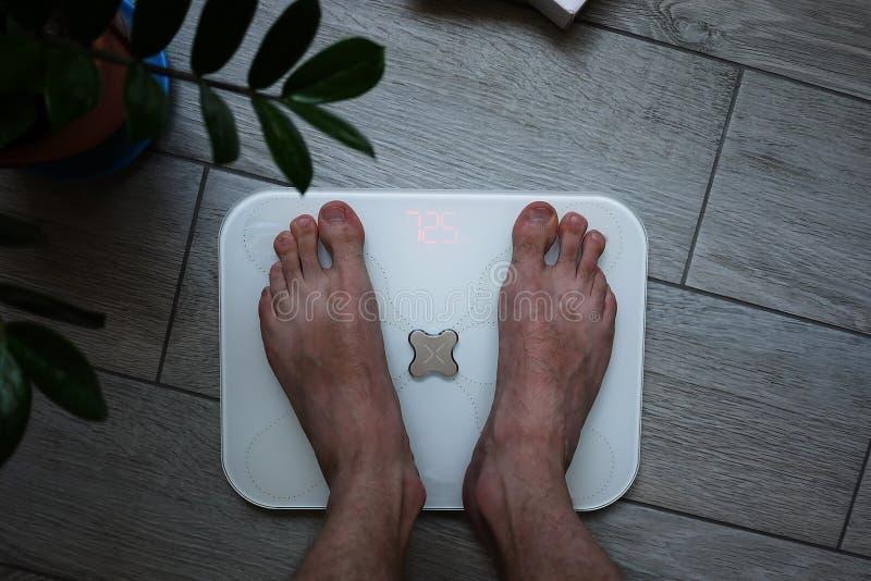 Elektronische schalen voor het meten van menselijk lichaamsgewicht Deze schalen staan u toe niet alleen het gewicht van een perso stock afbeeldingen