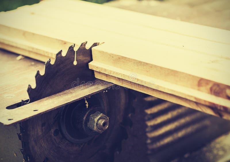 Elektronische scherpe om de lijstzaag van de timmerwerkmachine, het zilveren, retro concept van het metaalstaal te snijden royalty-vrije stock afbeelding