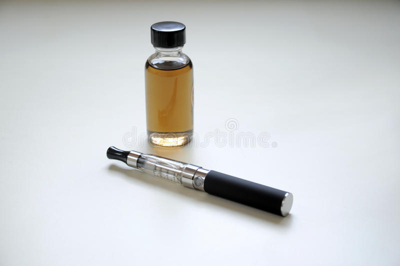 Elektronische sigaret en vloeistof royalty-vrije stock fotografie