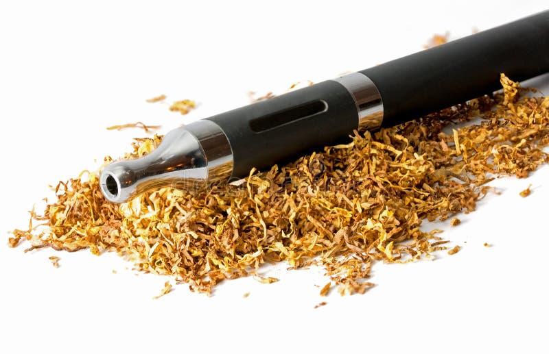 Elektronische sigaret in losse die tabak op wit wordt geïsoleerd stock afbeeldingen
