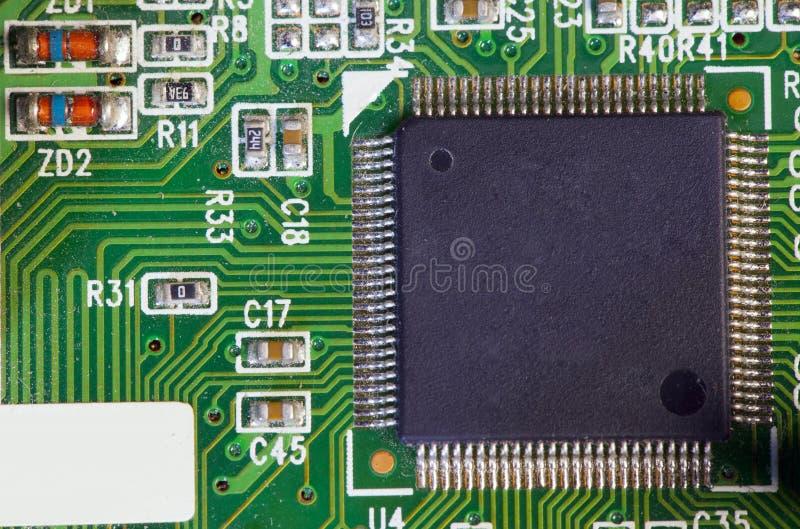 Elektronische spaander en standaardinschrijvingen van weerstanden en condensatoren royalty-vrije stock afbeelding
