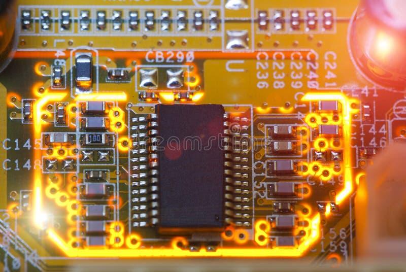 Elektronische spaander en standaardinschrijvingen van weerstanden en condensatoren stock foto's
