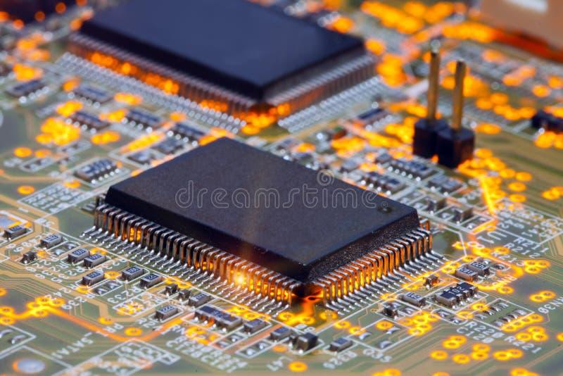 Elektronische spaander en standaardinschrijvingen van weerstanden en condensatoren stock afbeelding