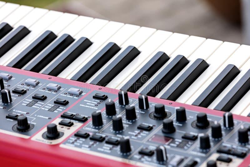 Elektronische synthesizer het controlemechanismevolume van Midi fader, knoppen en stock foto