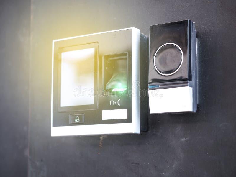 Elektronische Türzugriffskontrollsystemmaschine und -fingerabdruck mit Zahlpassworttür stockbilder