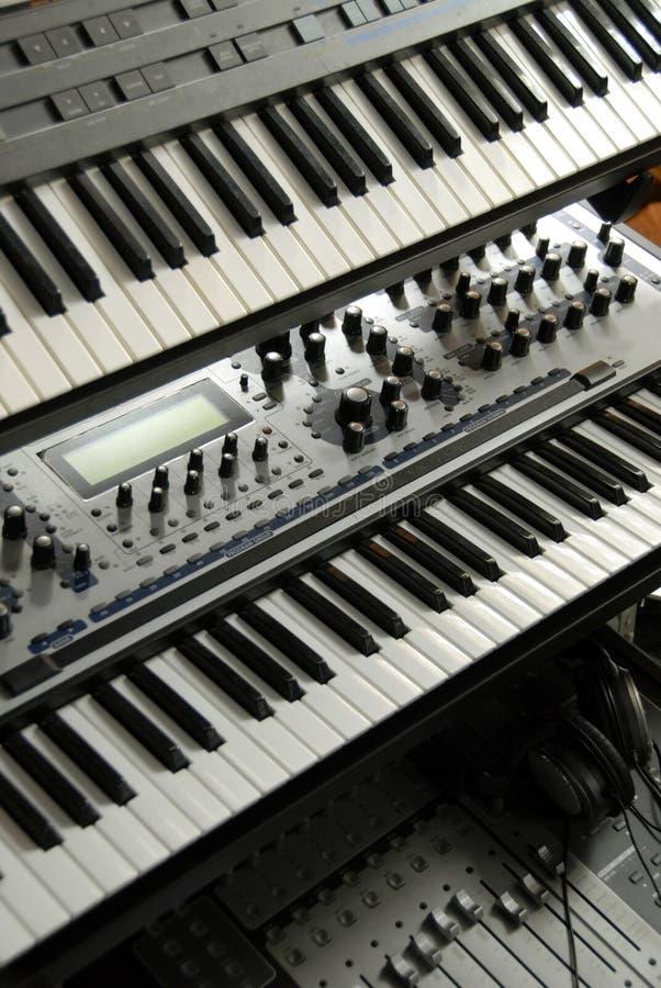 Elektronische Tastaturen auf einer Zahnstange stockfoto