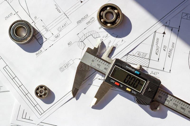 Elektronische Tasterzirkel mit Kugellagern auf technische Konstruktionszeichnungen stockbilder