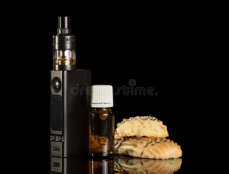 Elektronische Zigarette, Flüssigkeit für das Rauchen und Bonbons lokalisiert auf Schwarzem stockbild