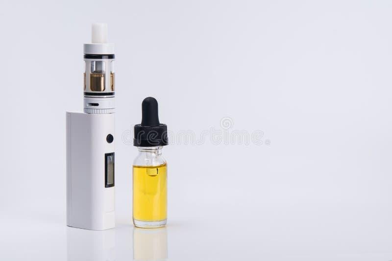 Elektronische Zigarette mit Flüssigkeit für Dampf auf einem hellen Hintergrund stockbilder