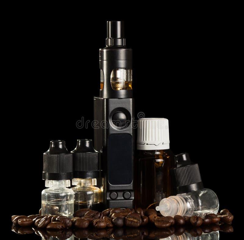 Elektronische Zigarette und Flüssigkeit, Kaffeebohnen lokalisiert auf Schwarzem lizenzfreies stockfoto