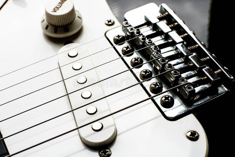 Elektronische zwart-witte dichte omhooggaand van het gitaarlichaam met bestelwagens en controleknoppen stock afbeeldingen