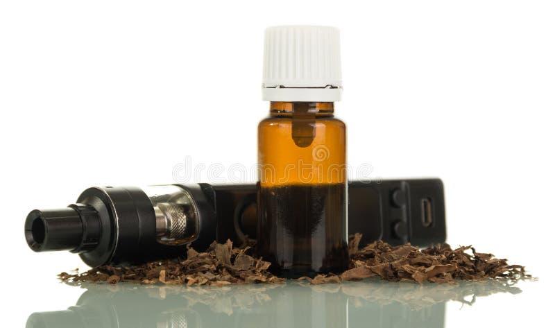 Elektronische zwarte sigaretten en vloeistof voor het vaping royalty-vrije stock afbeeldingen