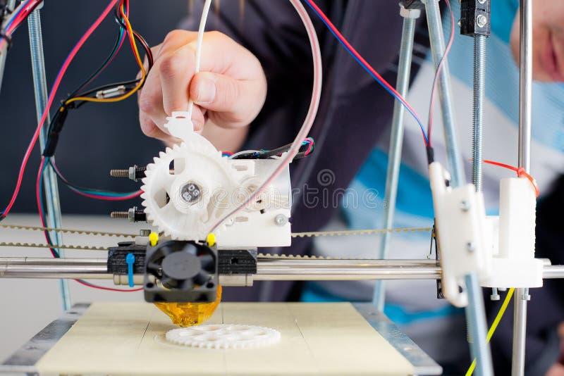Elektronischer dreidimensionaler Plastikdrucker während der Arbeit im scho lizenzfreie stockbilder