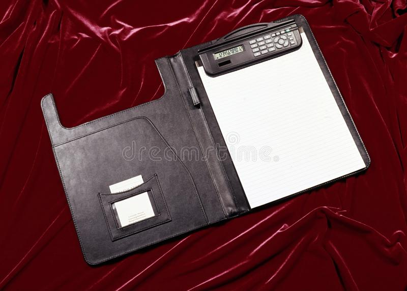 Elektronischer, Solar- und batteriebetriebener Taschenrechner für die Berechnung stockfotos