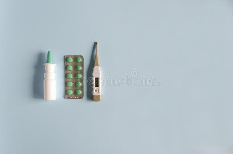 Elektronischer Thermometer, Nasenspray, Pillen für die Behandlung der Krankheit, Grippe und Kälte flache Lage, Weichzeichnung, Ko lizenzfreies stockfoto