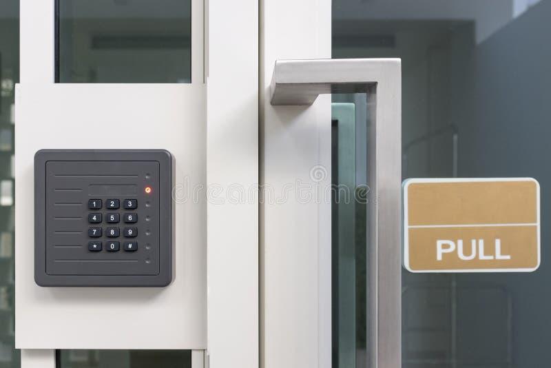 Elektronischer Zugriffskontrolltürkasten mit numerischer Tastatur stockfoto