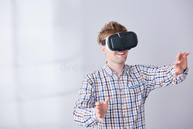 Elektronisches Gerät auf Kopf stockfotos