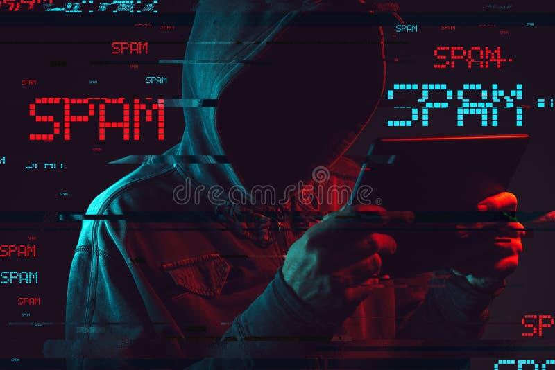 Elektronisches spammendes Konzept mit gesichtsloser mit Kapuze männlicher Person lizenzfreies stockfoto