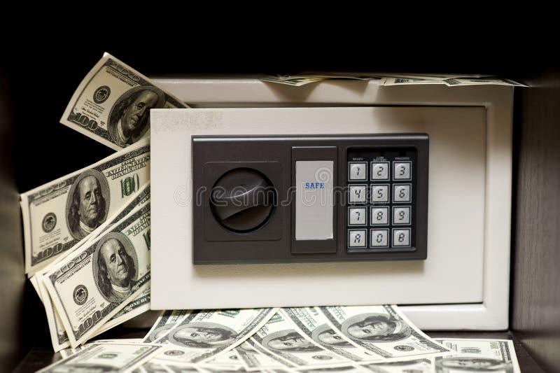 Elektronisches Stahlsafe mit Geld stockfoto