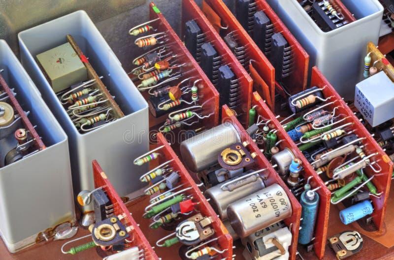 Elektronisk apparat med delar arkivbild