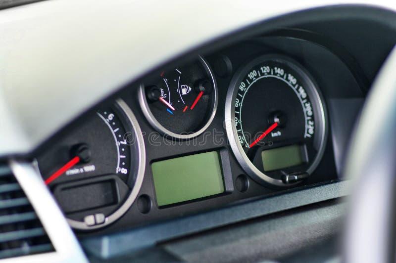 Elektronisk instrumentbräda av den moderna lyxiga bilen med lcd-skärm och med den röda pilhastighetsmätaretakometern och andra hj royaltyfria foton