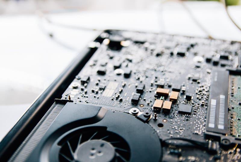 Elektronisk kontrollbord, reparationsb?rbar datorPC, datormoderkort Installerar utrustningCPUen Foto för Instagram stilfilter arkivfoton